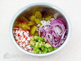 Крабовый салат с авокадо: Смешать ингредиенты