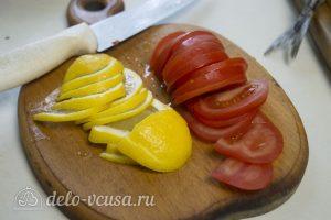 Скумбрия, запеченная с помидорами и лимоном: Нарезать помидор и сыр