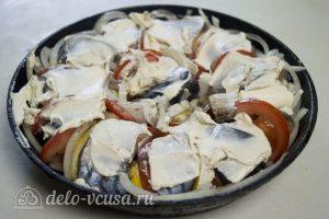 Скумбрия, запеченная с помидорами и лимоном: Смазать сметаной