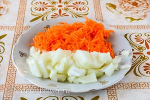 Суп из квашеной капусты: Нарезать морковь и лук