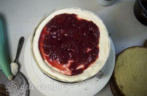 Торт с чизкейком внутри: Выложить крем и клубнику
