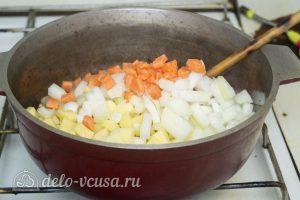 Мясо с консервированной фасолью: Нарезать овощи и добавить их к мясу