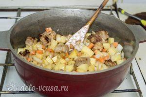 Мясо с консервированной фасолью: Обжарить все ингредиенты