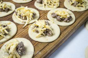 Пирог Хризантема: Выложить начинку на тесто