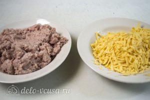 Пирог Хризантема: Приготовить фарш и натереть сыр