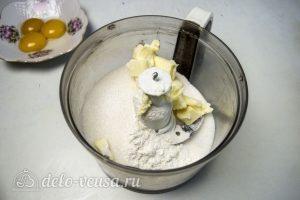 Пирог с абрикосами и безе: Смешать масло с мукой