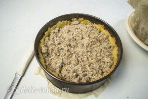 Пирог с абрикосами и безе: Выложить начинку и крамбл на тесто
