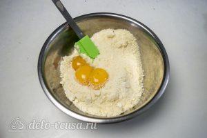 Пирог с абрикосами и безе: Добавить в тесто желтки