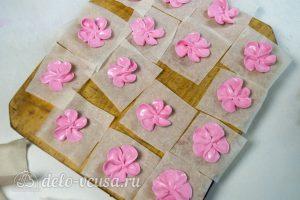 Шоколадный торт с вишней: Сделать цветы из розового крема