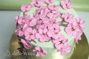 Шоколадный торт с вишней: Разместить цветы на торте