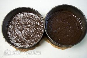 Шоколадный торт с вишней: Разделить тесто по формам
