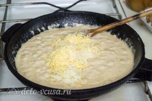 Спагетти с креветками в сливочном соусе: Добавить в соус натертый сыр