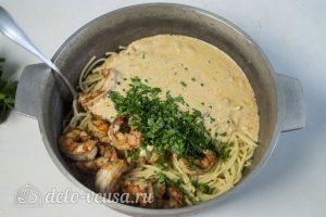 Спагетти с креветками в сливочном соусе: Смешать пасту с соусом и креветками