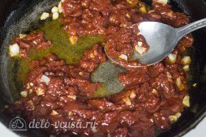 Спагетти с фрикадельками в соусе: Обжарить чеснок с томатной пастой