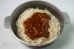 Спагетти с фрикадельками в соусе: Добавить соус в спагетти