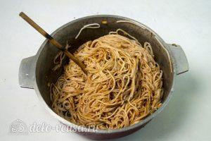 Спагетти с фрикадельками в соусе: Перемешать