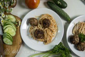 Спагетти с фрикадельками в соусе готовы