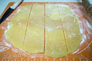 Торт Медовые соты с вишней: Раскатать тесто и разделить на полоски