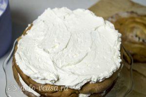 Торт Медовые соты с вишней: Промазать коржи кремом