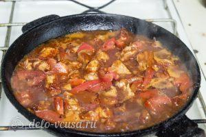 Тушеное мясо с черносливом: Влить воду и тушить под крышкой