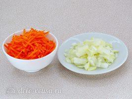 Капуста с лисичками: Измельчить лук и морковь