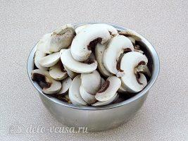 Лечо с грибами на зиму: Очистить и нарезать шампиньоны