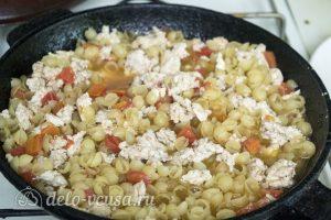 Макароны с курицей и сырным соусом: Добавить макароны