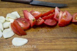 Рыба, запеченная с помидорами и розмарином: Нарезать чеснок и помидоры