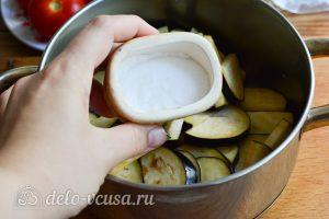 Салат Десяточка с баклажанами на зиму: Положить баклажаны в кастрюлю
