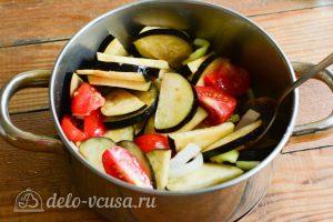 Салат Десяточка с баклажанами на зиму: Добавить овощи в кастрюлю