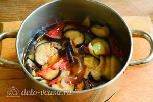 Салат Десяточка с баклажанами на зиму: Тушите овощи на медленном огне