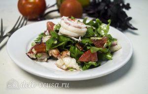 Салат из рукколы с креветками готов