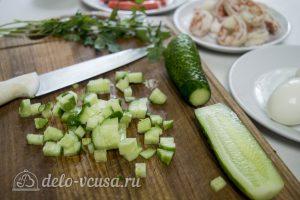 Салат с креветками и крабовыми палочками: Нарезать огурцы