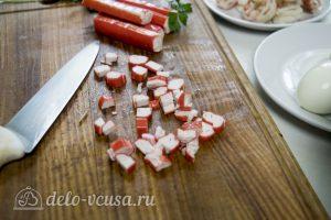 Салат с креветками и крабовыми палочками: Нарезать крабовые палочки