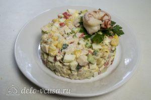 Салат с креветками и крабовыми палочками готов