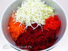 Борщ на зиму с капустой и свеклой: Соединить овощи