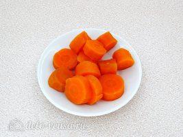 Рыбный паштет на бутерброды: Нарезать морковь