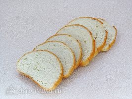 Горячие бутерброды с колбасой и яйцом: Нарезать батон