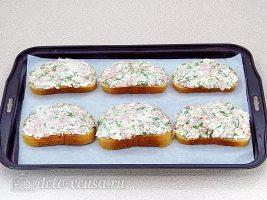 Горячие бутерброды с колбасой и яйцом: Выложить начинку на батон