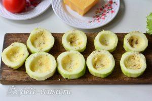 Фаршированные кабачки с помидорами и сыром: Вырежьте углубления в кабачках