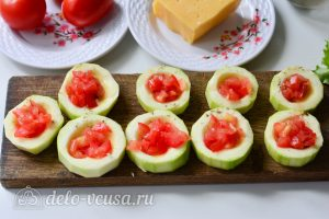 Фаршированные кабачки с помидорами и сыром: Мелко нарежьте помидоры