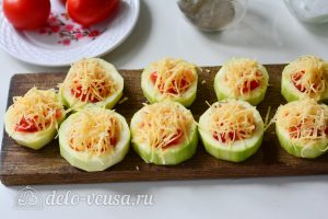 Фаршированные кабачки с помидорами и сыром: Натрите сыр