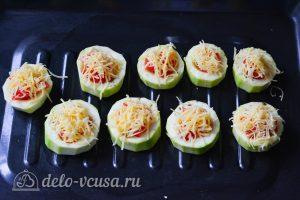Фаршированные кабачки с помидорами и сыром: Выложите на противень