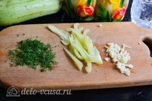 Кабачки по-корейски: Измельчить зелень, чеснок и перец