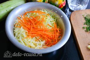 Кабачки по-корейски: Натереть морковь и кабачок