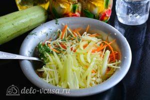 Кабачки по-корейски: Соединить овощи и зелень