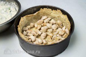 Киш с курицей и сыром: Выложить курицу на тесто