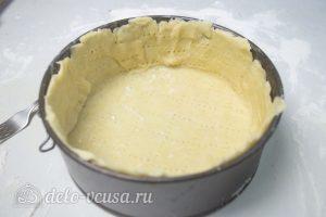 Киш с курицей и сыром: Раскатать тесто и выложить в форму
