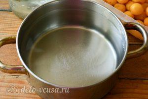 Компот из желтой алычи на зиму: Влить воду в кастрюлю