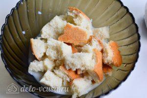 Куриные котлеты с сыром внутри: Замочить хлеб